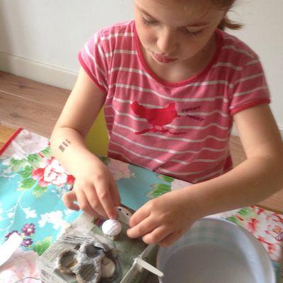 Robine maakt de basis voor haar monster van papier maché