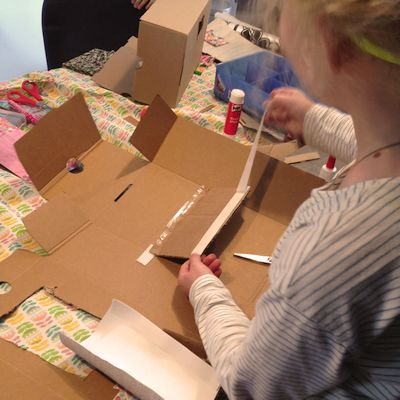 een opengevouwen verpakking wordt (ver)bouwd tot droomhuis