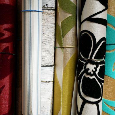 opegrolde stukken behang in diverse kleuren