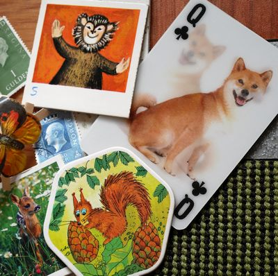 verschillende soorten spelkaarten en postzegels voor een kinderfeestje