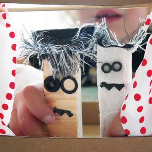 spelen met zelf gemaakte figuurtjes in een poppenkast