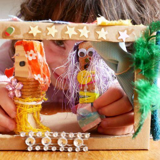 spelen met zelfgemaakte poppetjes in de poppenkast
