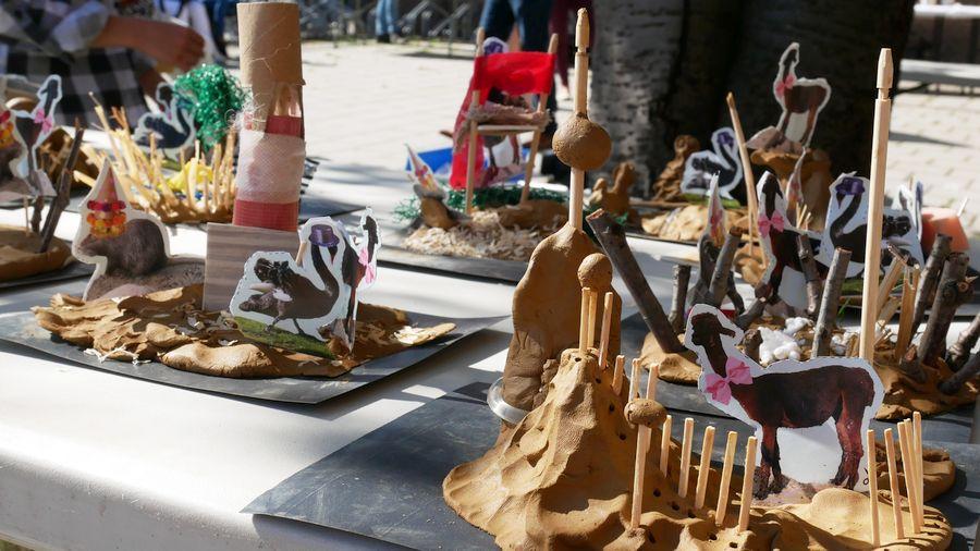 speeleilanden van klei met feestbeesten van Plaswijckpark